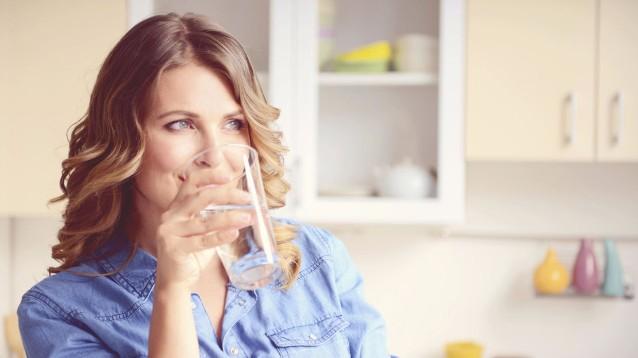 Bere acqua a stomaco vuoto appena svegli: Tutti i benefici