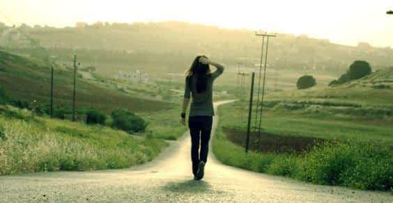camminare rigenera il cervello allevia la tristezza e lo stress