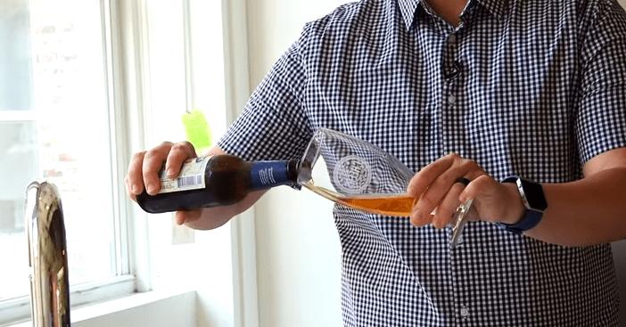 Come versare la birra?Versarla in questo modo danneggia la salute