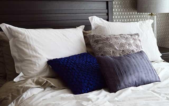 Come lavare e smacchiare i cuscini con metodi naturali