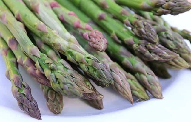 5 benefici per la salute degli asparagi che probabilmente non sai