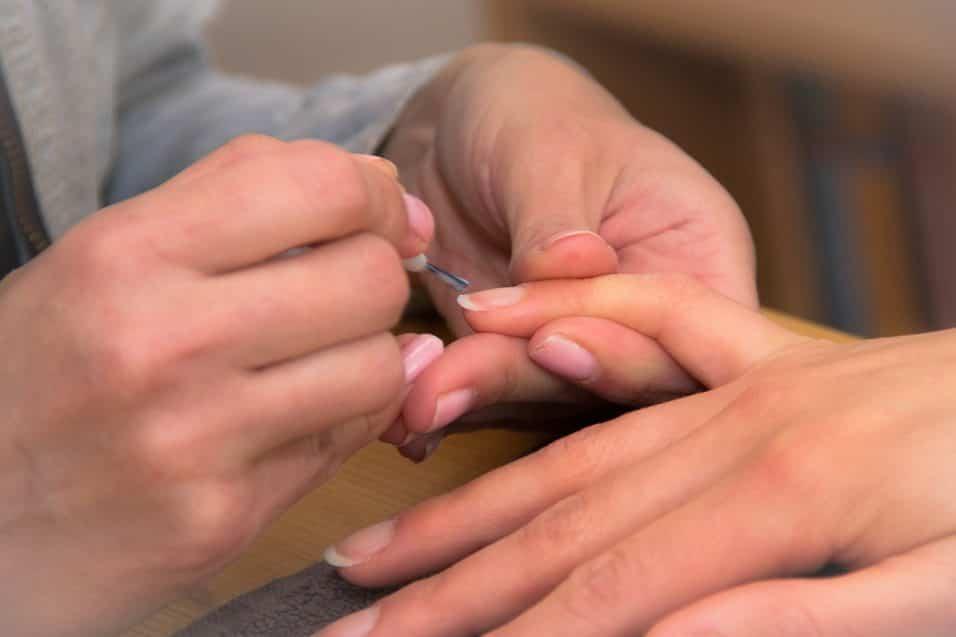 Unghie deboli, molli e fragili? Ecco come indurire le unghie con questi rimedi naturali
