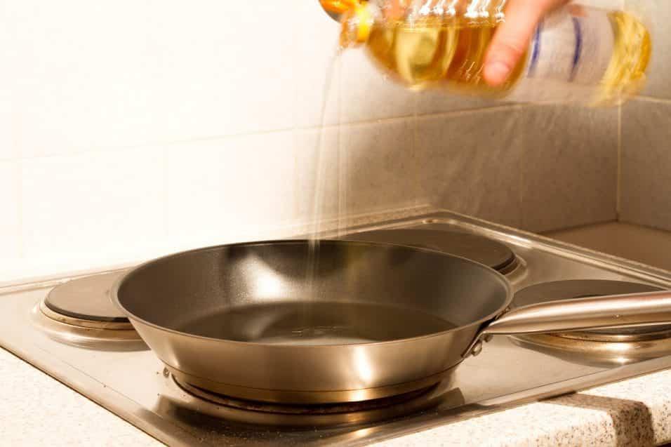 Mai gettare l'olio esausto in lavandino. inquina l'ambiente