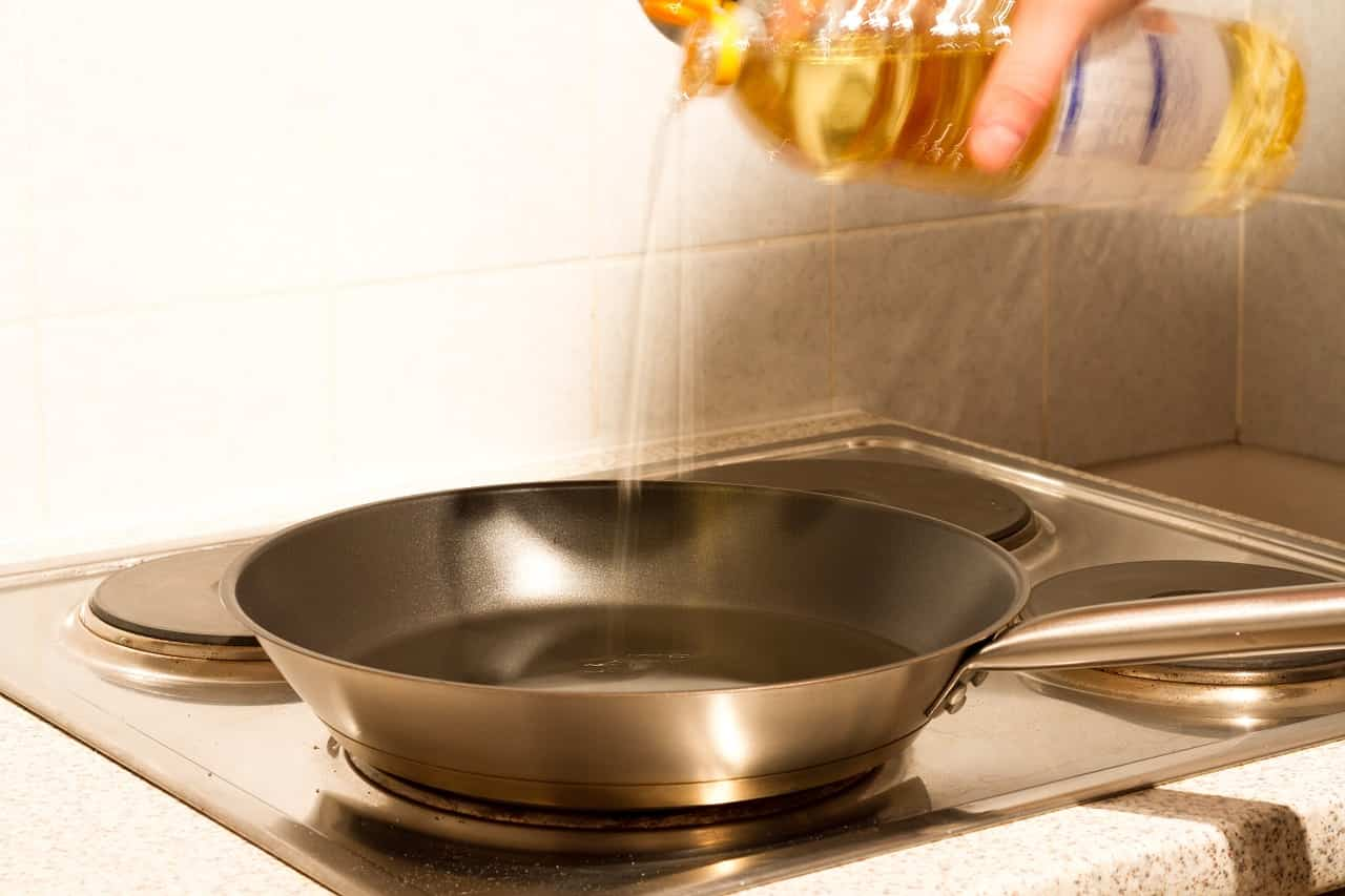 Olio Esausto: mai gettarlo nel lavandino o nel wc, è altamente inquinante. Ecco come smaltirlo