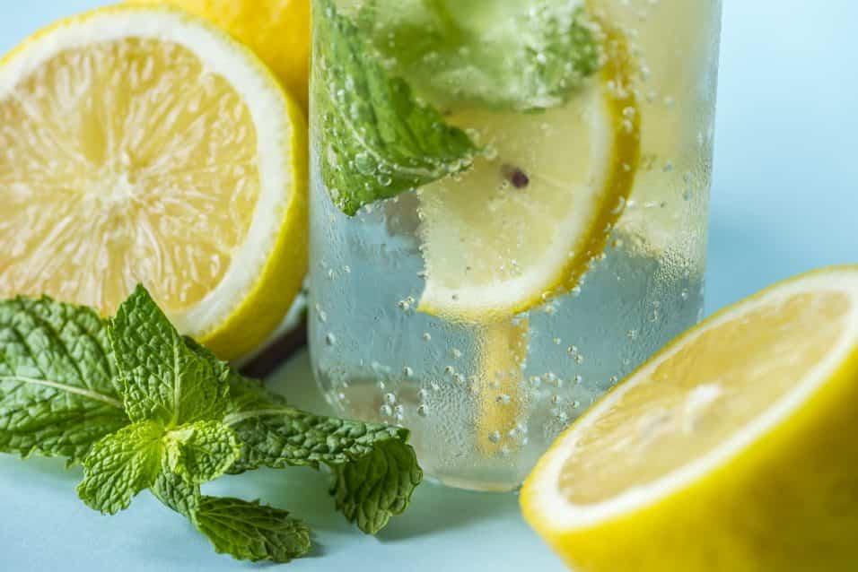 benefici di acqua e limone al mattino e perchè fa dimagrire
