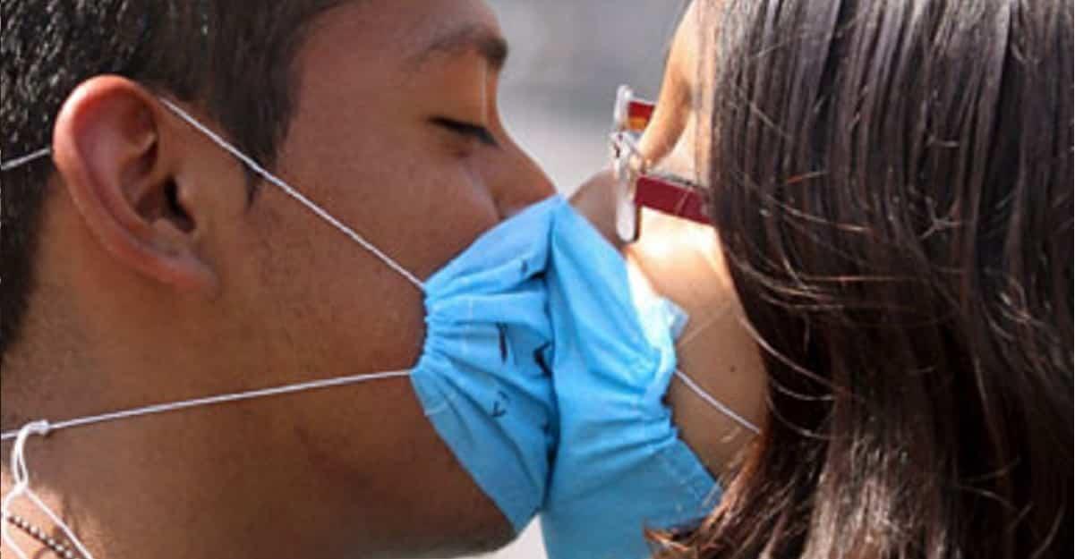 Coronavirus: Fare l'amore è pericoloso per il contagio? L'infettivologo risponde