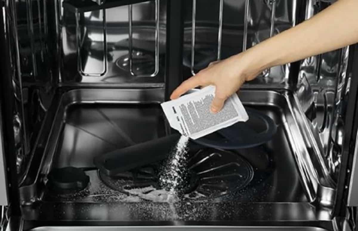 Pulire la lavastoviglie: come eliminare germi e batteri con bicarbonato e aceto