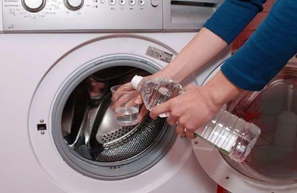 Come pulisci la lavatrice? Come eliminare gli odori e la muffa in modo naturale