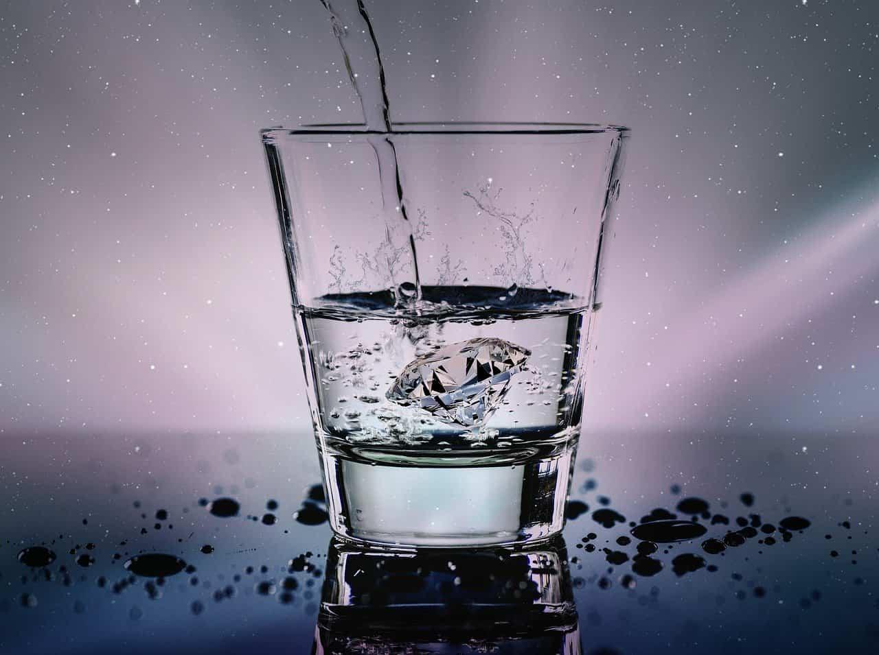 acqua frizzante prima di dormire