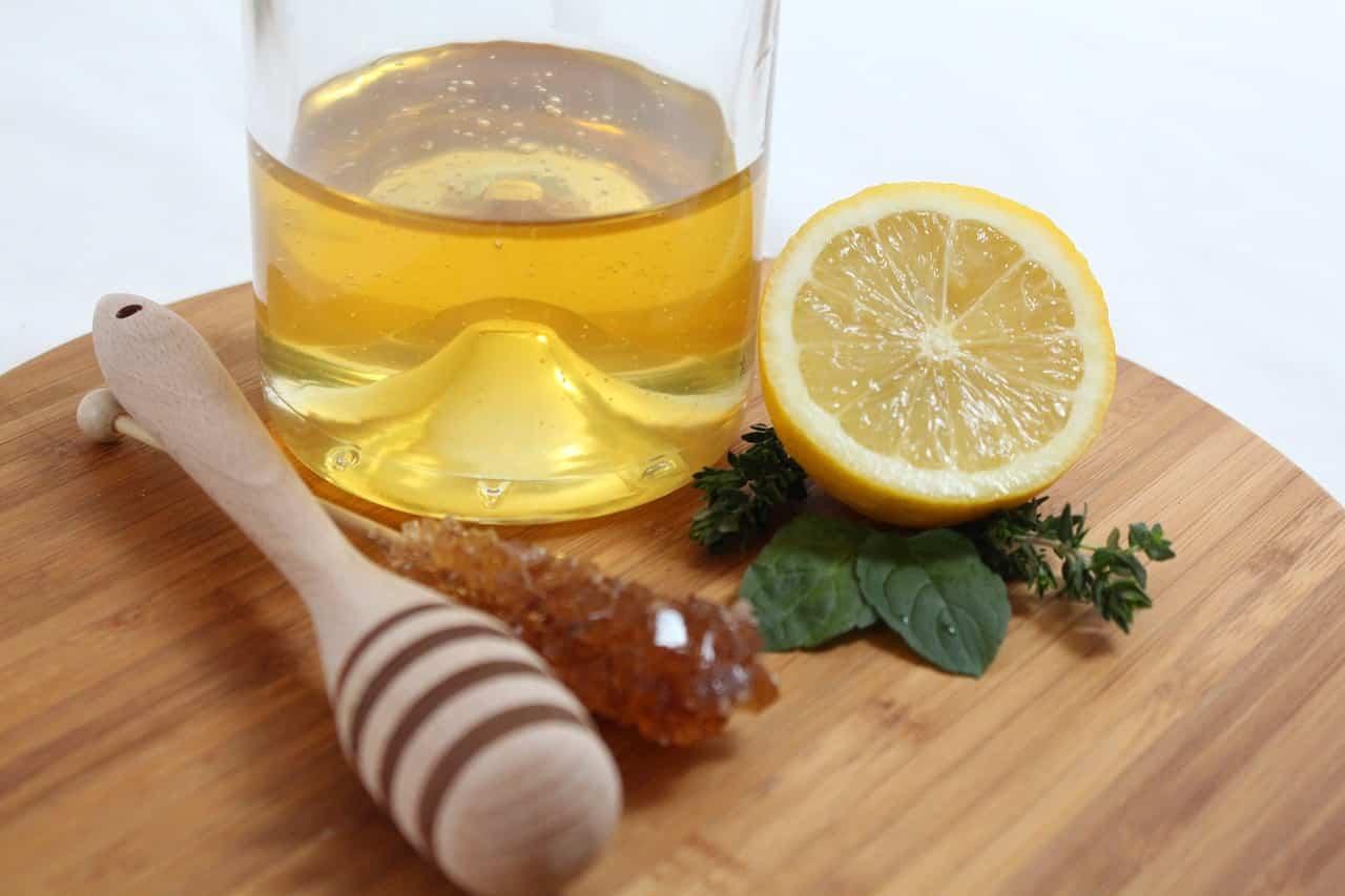 Un cucchiaino di miele funziona più dell'antibiotico contro tosse e mal di gola