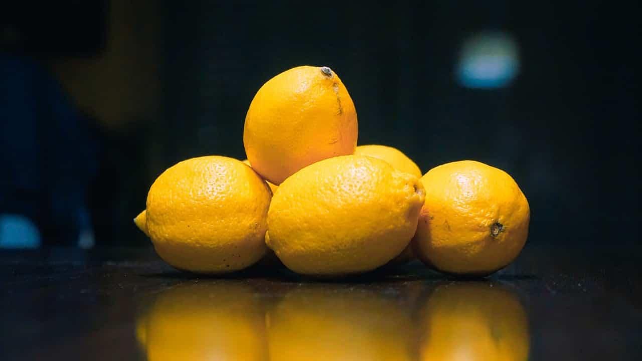 Limoni riposti su una superficie