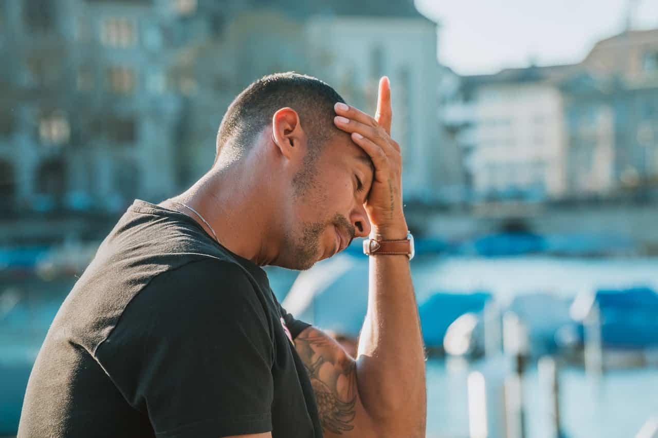 Uomo con mal di testa da stress